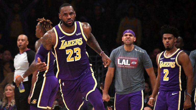 ليبرون جيمس يرد بحسم على تساؤل بشأن اتخاذه قرارًا باعتزال كرة السلة